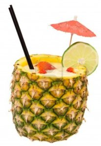 13030783-tropicaux-frais-pina-colada-cocktail-servi-dans-un-ananas