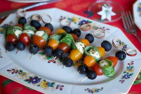 mini-brochettes olives noires, tomates cerises, basilic et boconccini cocktail dans le pesto