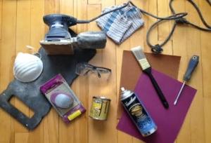 Les outils: -Une sableuse électrique -Du papier à sabler -De la teinture -Du vernis -Une petite planche de mousse pour vos genoux -Un tournevis -Une guenille -Un outil pour sabler à la main -Un pinceau -Un masque -Des lunettes de protection