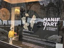 Les vitrines des trois magasins La Maison Simons de Québec, partenaire majeur de la biennale, sont transformées en galeries et accueillent les œuvres de 9 artistes, dont Paryse Martin, Collectif 5 et Olivier Roberge.